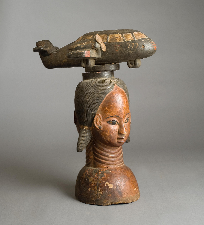 Buste de femme avec avion sur la tête