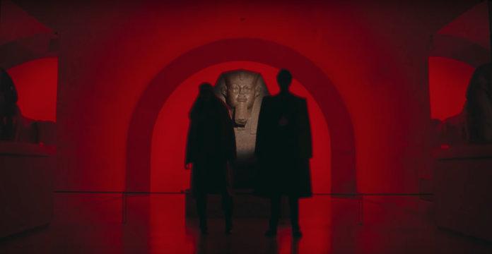 Le couple devant le sphinx au Louvre