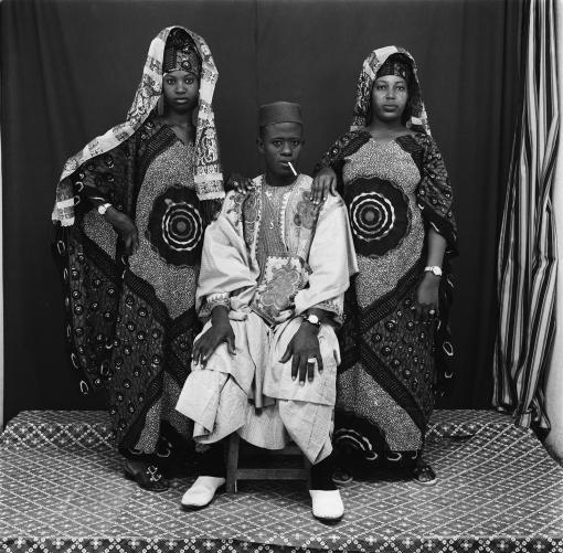 Malick Sidibé Avec ses deux femmes, 1979, Courtesy Galerie du jour Agnès b.